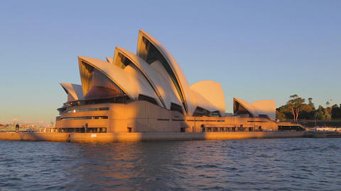 golden hour close view of the opera house from the Live影片