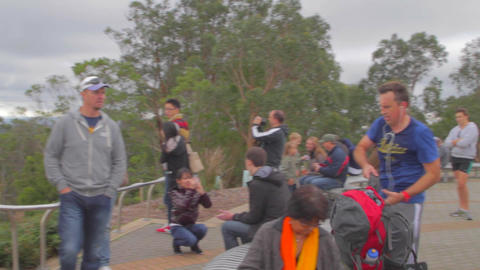 a pan of sightseers at mount loft viewpoint during Live影片