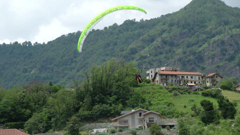 acrobatic paragliding synchro white green 24 Stock Video Footage