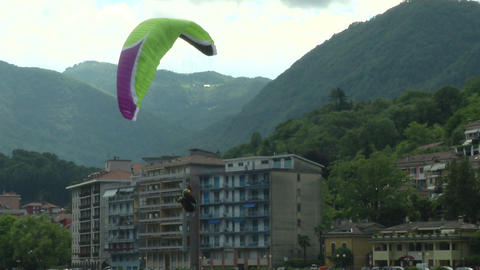 acrobatic paragliding synchro green magenta 35 Stock Video Footage