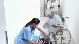 Nurse talking to a patient in a hospital Stock Video Footage