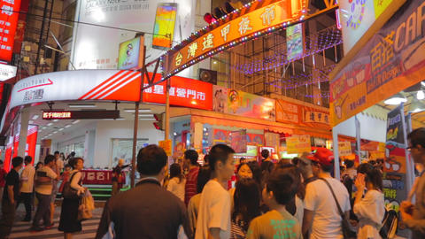 many people waiting at fenjia night market entranc Live影片