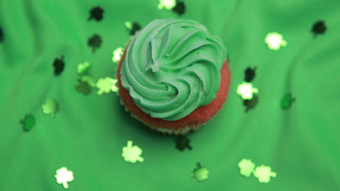 St patricks day cupcake revolving with shamrock co Filmmaterial
