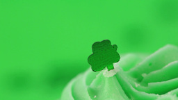 Zoom in on st patricks day cupcake Stock Video Footage