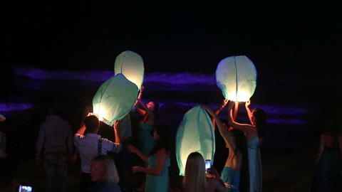 bride and groom lit a Chinese lantern on the beach Stock Video Footage