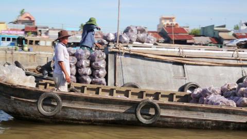 MEKONG DELTA, VIETNAM - MAY 2014: floating market Footage