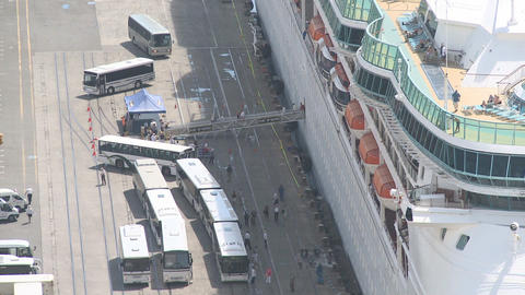passengers disembark cruise ship time lapse Stock Video Footage