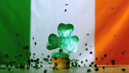 Shamrock confetti falling on st patricks day cupca Filmmaterial