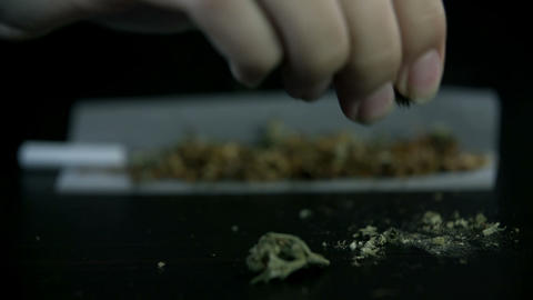 Scattering pieces of marihuana over the tobacco on Live Action