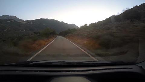 Twisting road down hill in the evening Acción en vivo