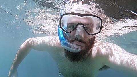 POV man snorkling Acción en vivo