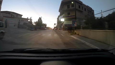 Driving through narrow streets in the evening Acción en vivo