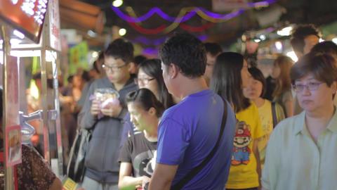 taiwanese group wait for food at tongua night mark 影片素材