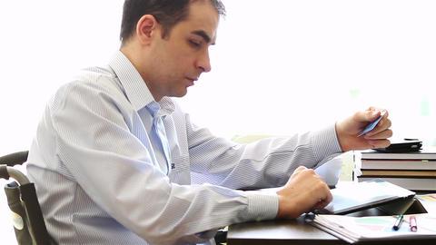 Internet shopper on tablet computer 2 ビデオ