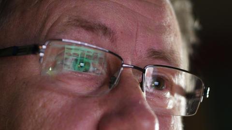 4k UHD man eyes watch nude internet content 11566 ビデオ