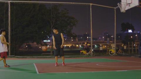 Taiwanese men play night basketball at riverside Live影片