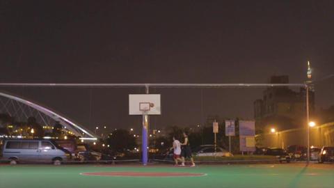 Asian guys play night basketball at riverside, Tai Live影片