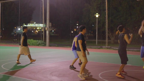 Taiwanese men play night basketball - side angle Live影片