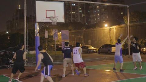 Asian men play basketball - layup the rebound - sl Live影片