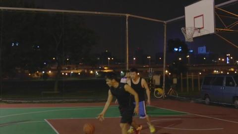 Taiwanese man play night basketball - finish play  Live影片