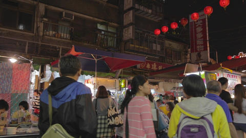 people outdoor dining - at Raohe night market Live影片