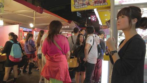 family walking - Raohe night market 2 Live Action