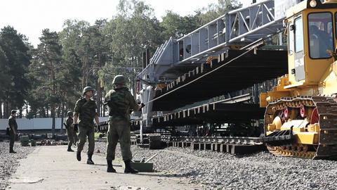 Military Men and Railroad track installation machi Acción en vivo