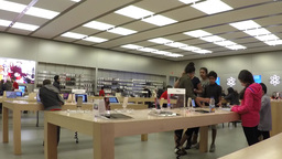 Time lapse of people buying new iphone inside Appl ビデオ