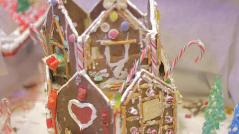 tilt Gingerbread candy cane house Live影片