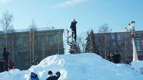 Slow motion 100 fps mountain bike winter dirt jump Stock Video Footage