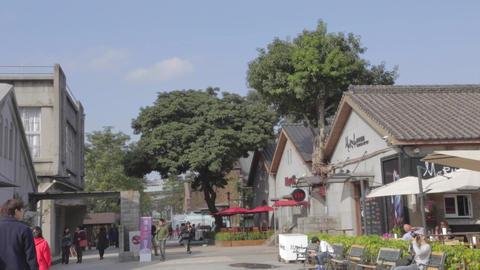 High to low tilt - Huanshan creative park front en Footage