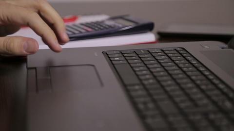 Male hand working on laptop ライブ動画