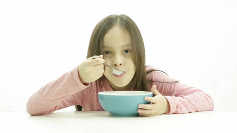 Young girl eating cereal Live影片