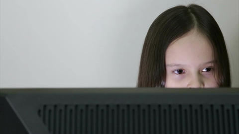 Girl looking at PC screen Live影片