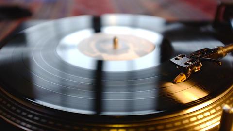 Turntable with spinning vinyl ภาพวิดีโอ