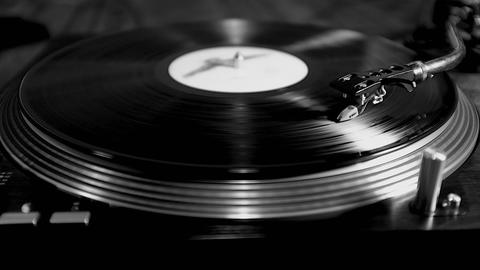 Record playing on turntable ภาพวิดีโอ