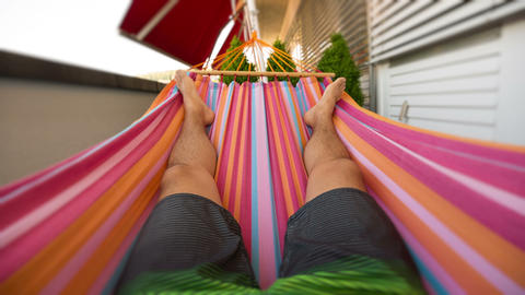 Seamless loop of a man in a hammock ภาพวิดีโอ