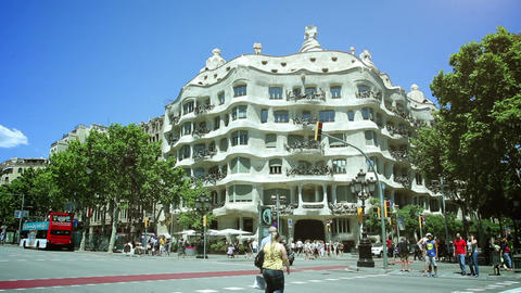 BARCELONA, SPAIN - JUN 01: famous Barcelona landmark - Antonio Gaudi's work Casa Acción en vivo