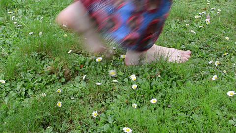 bare foot woman with dress walk meadow full of daisy flowers Live影片