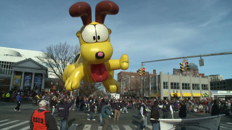 Giant Odie balloon at parade Stock Video Footage