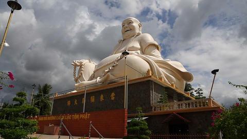 tilt shot - big buddha Live Action
