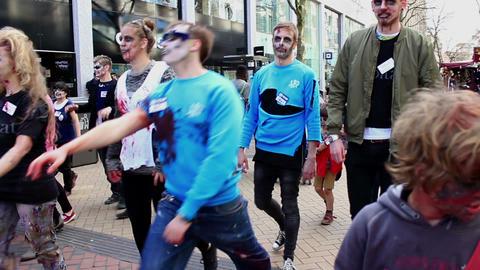Zombies walking the street 2 ビデオ