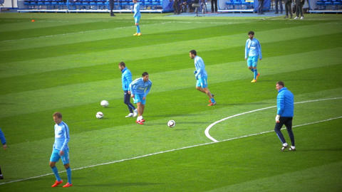 Football Players Ending the Warm-Up before the Game 圖片