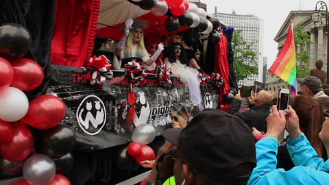 Birmingham Gay Pride - drag queens and girls in fancy dress on the truck ライブ動画