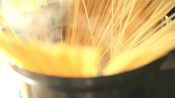 沸騰した鍋にパスタを入れて広がる様子 stock footage