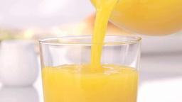 オレンジジュースを注ぐ stock footage