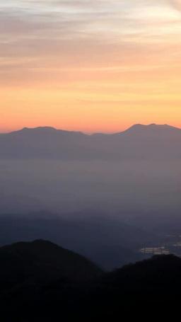 朝日と四阿山と浅間山などの山並み 影片素材