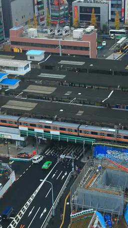 JR中野駅を行き交う中央線の電車と車と通行人 Footage