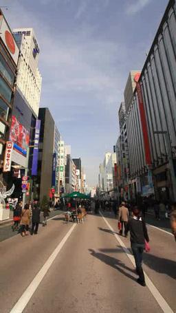 歩行者天国を歩く通行人と銀座の街並み Footage