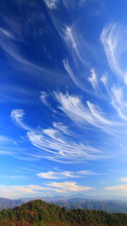 南アルプスの山並みと流れるすじ雲 Footage